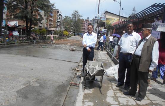 बनेपा नगरपालिकाका प्रमुख श्री लक्ष्मी नरसिंह बादे श्रेष्ठज्यू सहितको टोलिवाट बनेपा बस पार्कको सडक दोस्रो चरण अन्तरर्गत ढलान कार्यको निरीक्षण गर्नुहुदै ।
